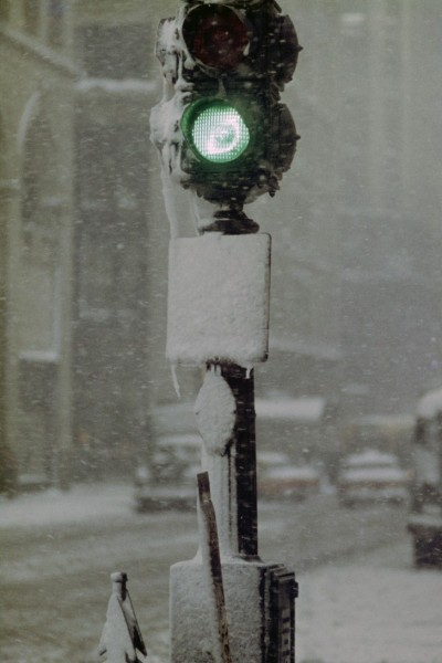 saul-leiter-green-light-against-gray